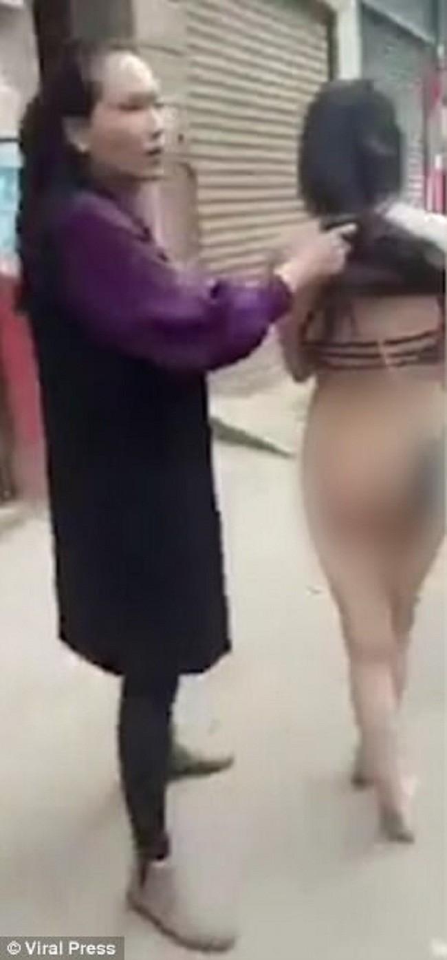 Семейные страсти: обманутая жена водила соперницу голой поулице!