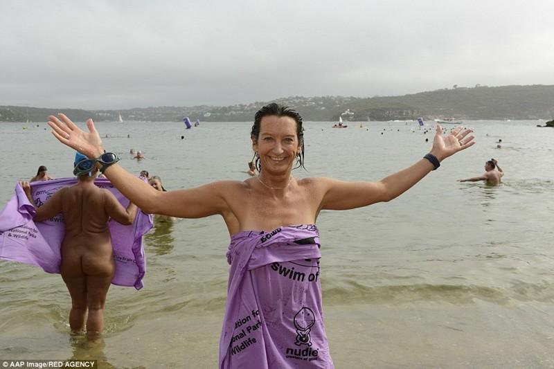 Более тысячи австралийцев приняли участие вежегодный заплыве нудистов вСиднее