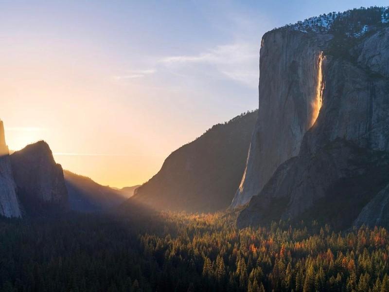 «Огненный водопад» вСША: Оптическая иллюзия снова освещает Йосемитский национальный парк