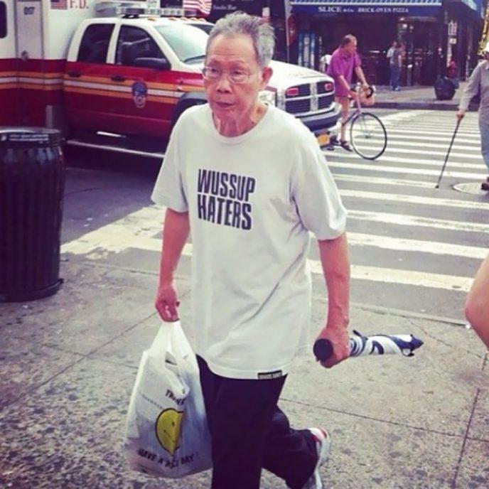 Эти люди не понимают, что написано на их футболках