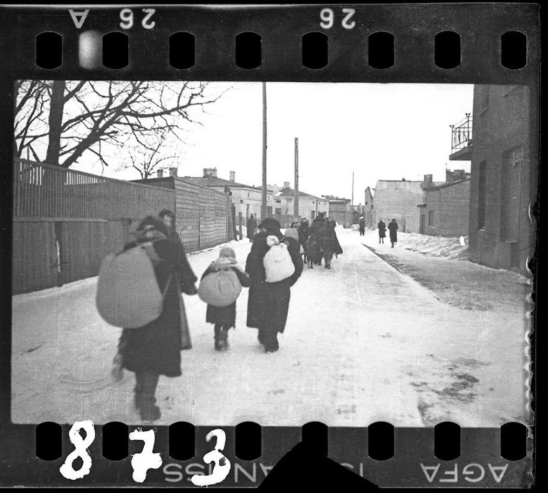 Он закопал эти фото из еврейского гетто, чтобы их не нашли нацисты. Наконец правда раскрыта!
