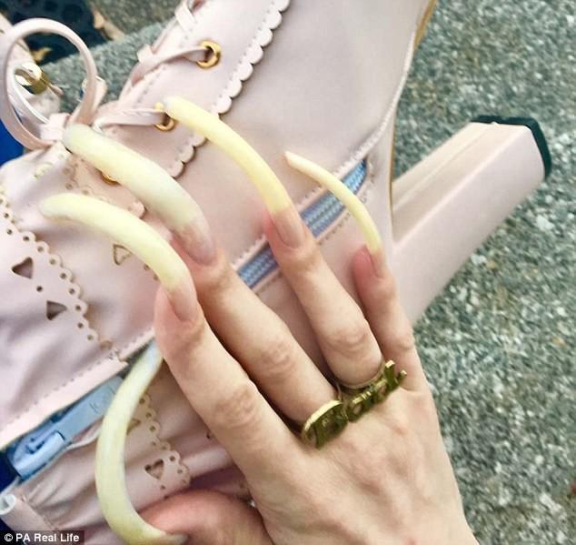 Немецкая школьница 3года нестригла ногти иочень гордится результатом