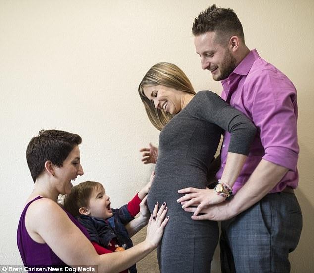 Этот парень в скором времени собирается стать отцом. Но мам будет… две!