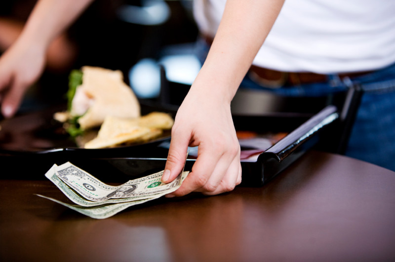 Богатая дама нарочно высмеивала полуглухую официантку. Реакция менеджера имужа неподражаема!