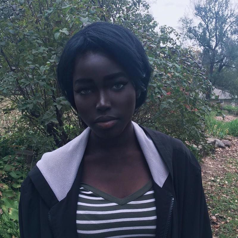 Современная Лолита сугольно-черным цветом кожи инеобычной внешностью покоряет инстаграм