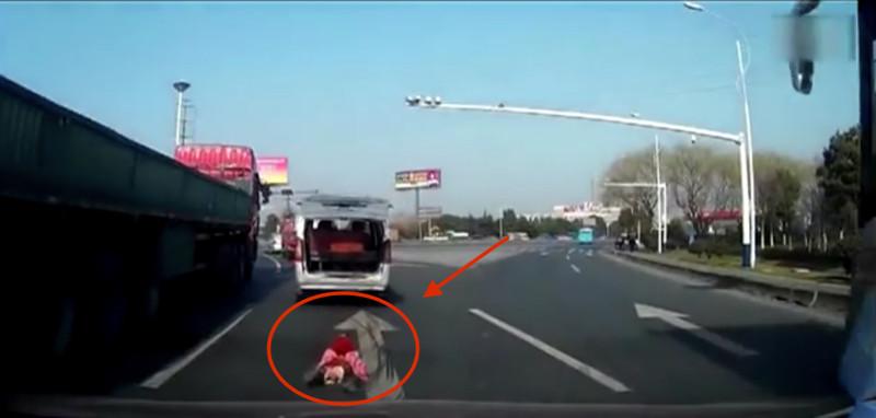ВКитае ребенок выпал избагажника машины, вотчтосделали очевидцы