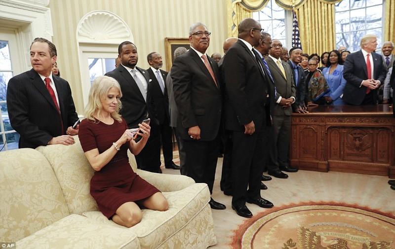 Советницу Дональда Трампа застали вОвальном кабинете внеприличной позе!