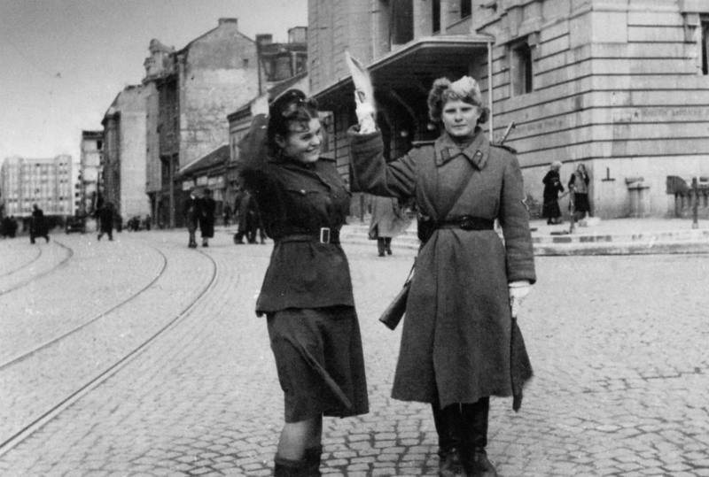 Фотографии Великой Отечественной войны: Женщина навойне