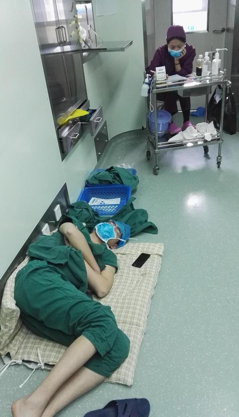 Китайский хирург, отработавший 28часов, легспать прямо вбольничном коридоре