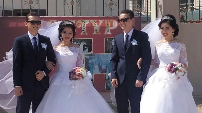 Вглазах двоится: братья-близнецы женились надвойняшках иживут водной квартире