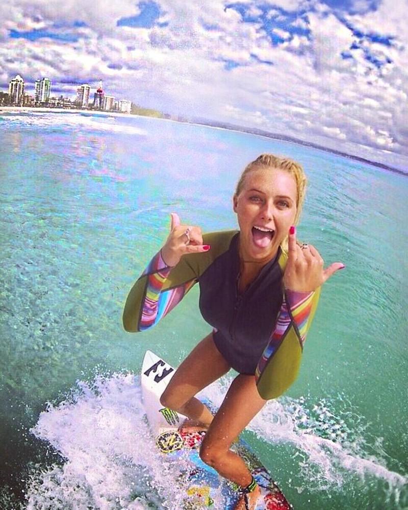 Пышногрудая серфингистка покоряет сети настоящим цунами вInstagram