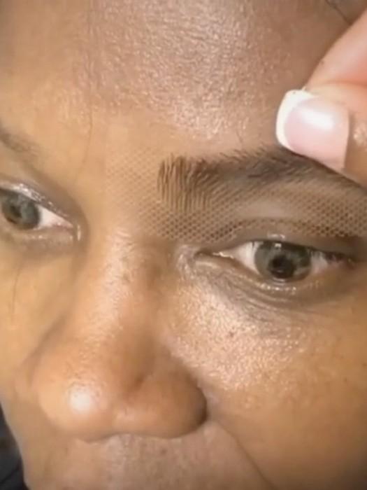 Обнять и плакать: зачем девушки клеят себе искусственные брови