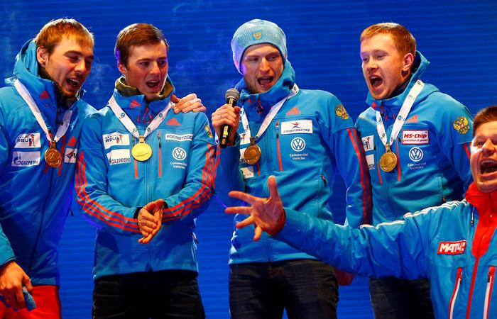 Мужской сборной РФпобиатлону пришлось самостоятельно спеть гимн нацеремонии награждения