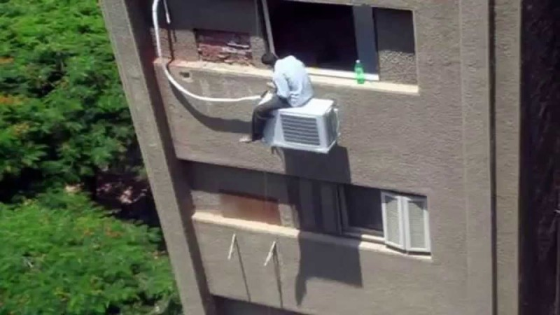 Опытные строители могут бриться даже смонтажной пеной