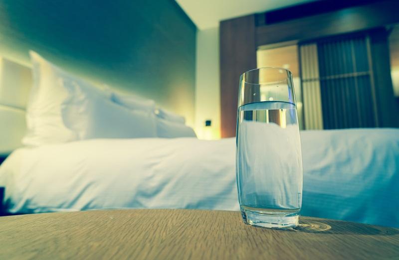 А вы тоже оставляете на ночь стакан воды у кровати? Никогда не пейте эту воду с утра!
