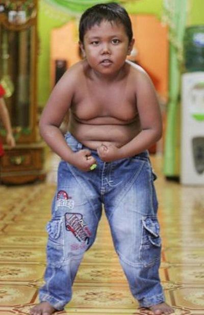 Помнишь мальчика, который дымил с 2 лет и выкуривал 40 сигарет в день? Вот как он выглядит сейчас!