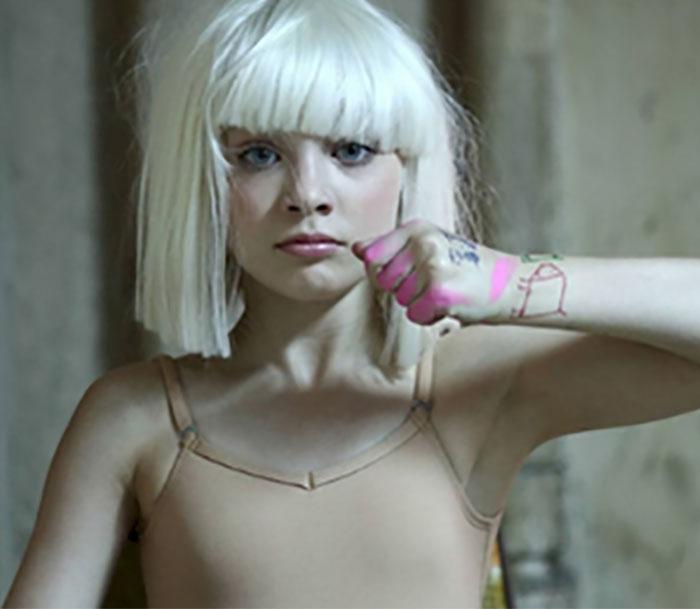 Маленькая девочка из нашумевшего клипа выросла и превратилась в красивую девушку…