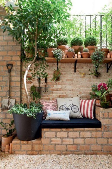 Как украсить кирпичную стену своими руками во дворе