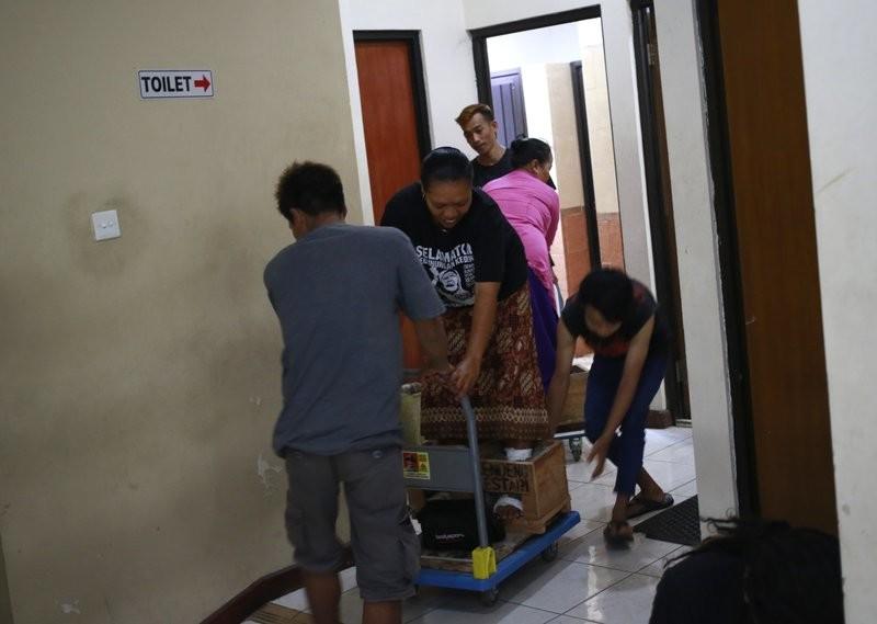 Индонезийские фермеры зацементировали себе ноги