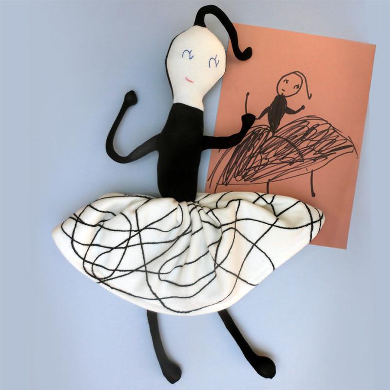 Художница шьет игрушки помотивам детских рисунков