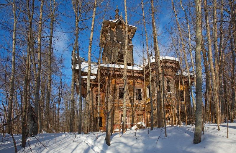 Долгие годы зловещий дом стоял брошенным посреди леса. Но тут за него взялись умельцы...