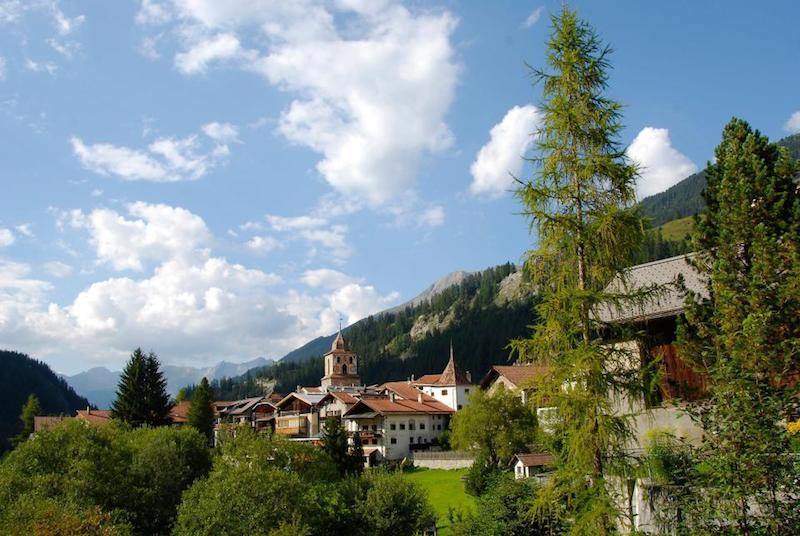 Местные жители этой прекрасной деревушки ЗАПРЕЩАЮТ фотографировать окрестности. Причина вас рассмешит!
