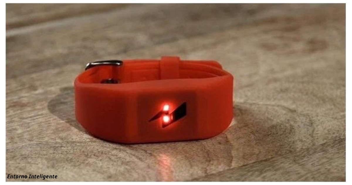 Вот браслет, который будет бить вас током каждый раз, когда вы купите что то лишнее