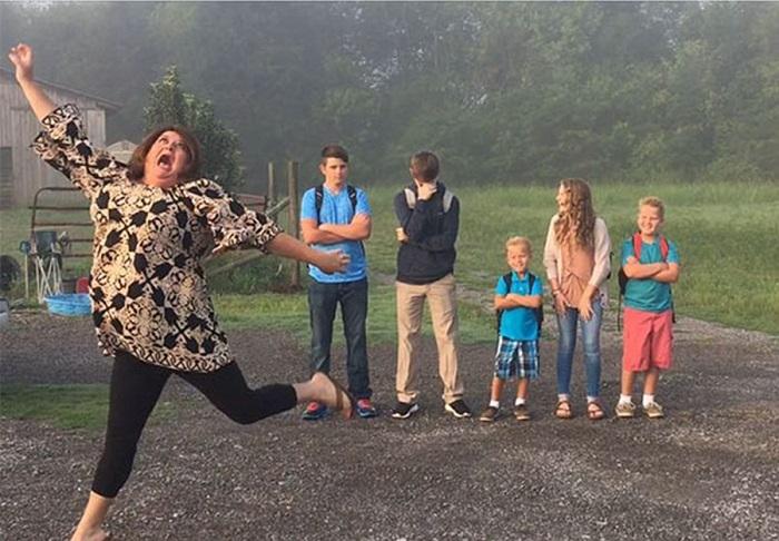 «Ура, дети вернулись в школу!» Вот как родители по всему миру празднуют 1 сентября.
