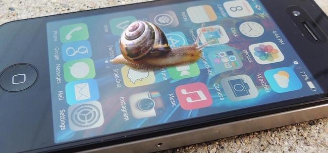 Почему выход новых iPhone замедляет работу старых
