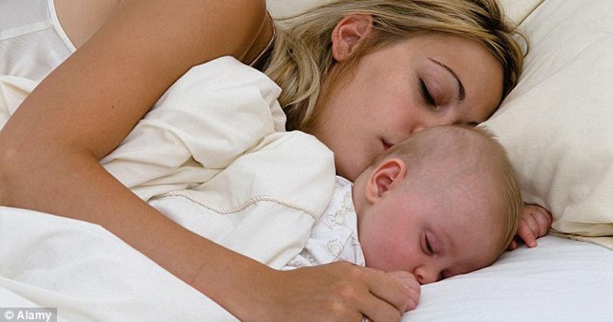 Плохая новость для пап: Дети до 3 лет должны спать с мамами!