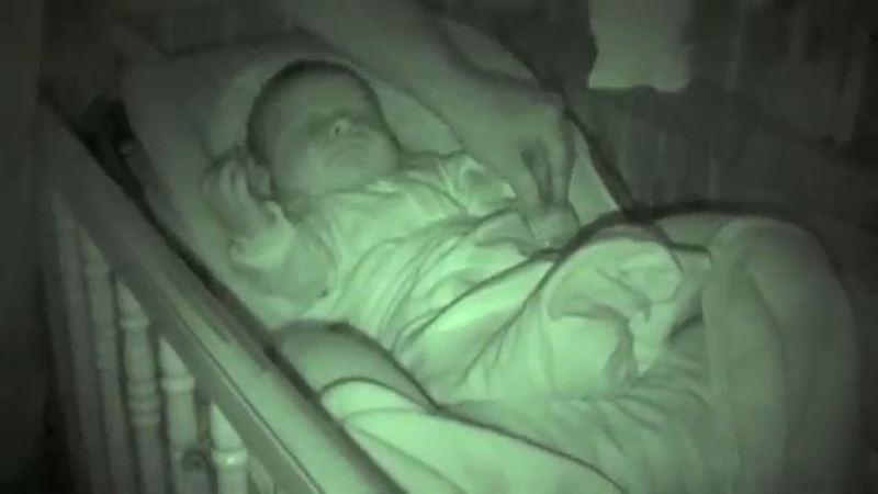 12 000 000 просмотров! Папа собирался укрыть своего малыша, но когда он увидел ЭТО, то не смог сдержать смех!