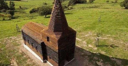 Смотришь сверху — обычная деревянная церковь, а с земли — она исчезает