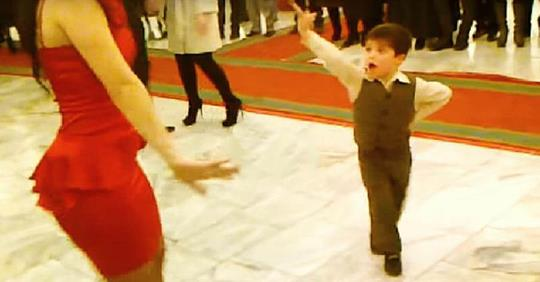 Малыш пригласил девушку на танец. Через минуту публика ликовала от его танца!
