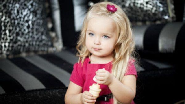 4-летняя девочка уступила место бабушке в автобусе: весь салон от смеха плакал