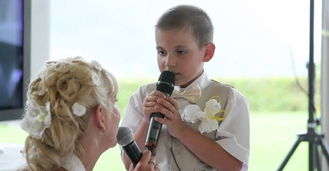 Мама на своей свадьбе спела песню вместе с сыном. Невероятно трогательно!