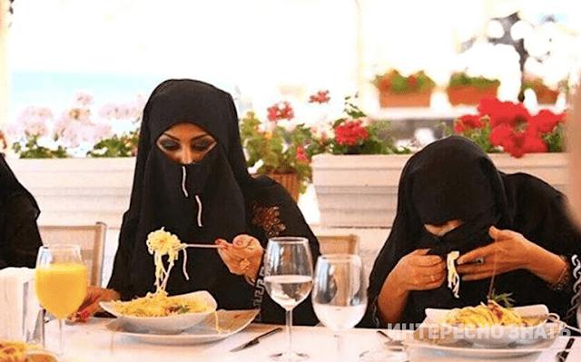 Каким образом арабские женщины едят в ресторанах