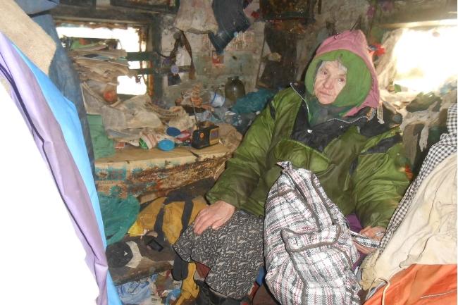 73-летняя женщина всю жизнь прожила в доме без окон и пола