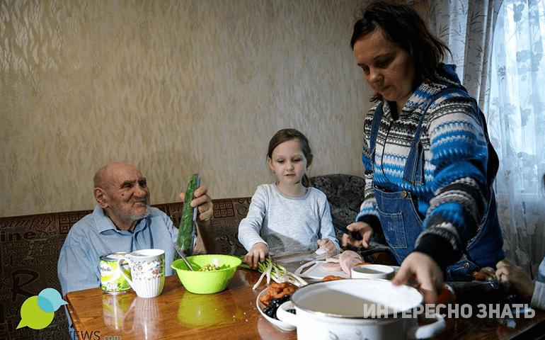 Семья приютила старика, девять лет назад потерявшего дом и жившего на улице