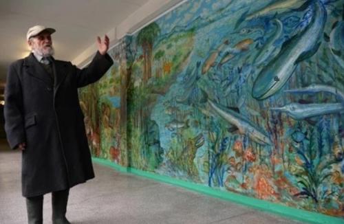 90-ти летний сторож не спал почти 10 суток, чтобы разрисовать все стены в школе.