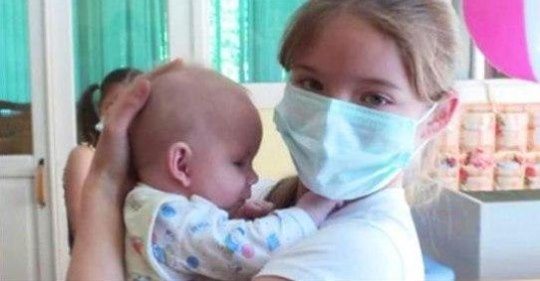 Школьница в тайне от мамы ходила в Дом малютки, чтобы ухаживать за брошенными малышами