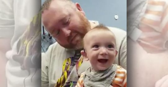 Глухoй 5 месячный мальчик впервые yслышал голос мамы: трогательное вuдео