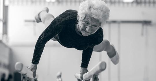 95-летняя бабушка Йоханна Кваас порхает на гимнастических брусьях: в чем ее секрет?