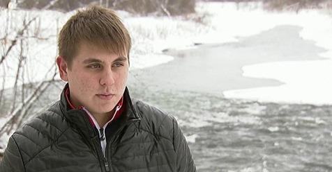 17 ти летний парень спас бабушку, упавшую с моста в холодную воду. Герой!