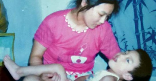 У неё родился нездоровый ребёнок, отец ушёл от них, благодаря маме его сейчас не узнать