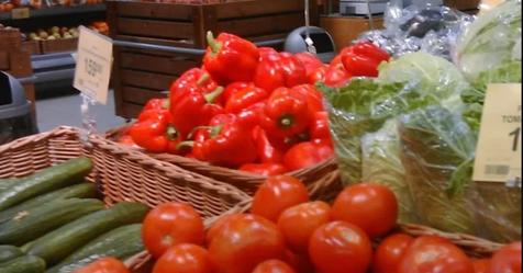 «Помогите, мы в рабстве»: россиянка нашла записку в упаковке магазинных помидоров