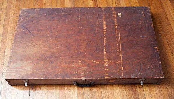 Он просто нашел эту коробку в мусорном баке… Содержимое сделало его знаменитым!