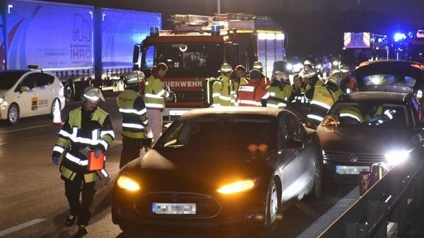 Немец подставил подудар свою «Теслу», чтобы спасти другого водителя