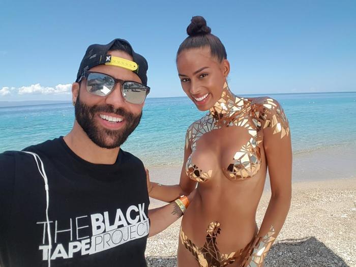 Новинка пляжного сезона: на Гаити показали «золотой» нано купальник
