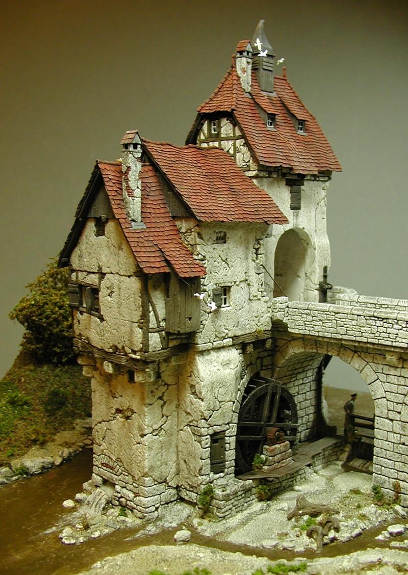 Красивая модель моста истарой мельницы